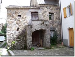 Cerisola: vecchia casa con portico
