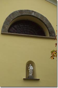 Oratorio di san Giacomo di Parazzuolo: lunetta e statua