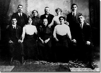 La famiglia di Luigi Badaracco in America (la madre, i fratelli e le sorelle); Luigi è il primo in piedi da destra