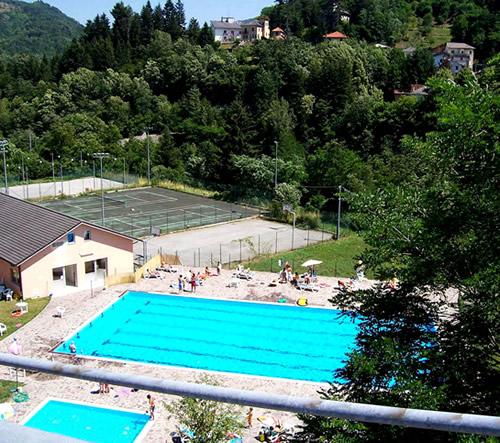 Piscina e campi da tennis comunali a Rezzoaglio (fotografia di Sandro Sbarbaro)